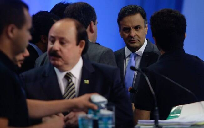 No intervalo do debate, Aécio Neves (PSDB) conversou com seus assessores
