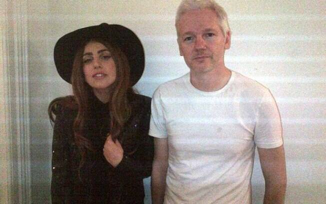 Lady Gaga e Julian Assange posam para foto na Embaixada do Equador em Londres