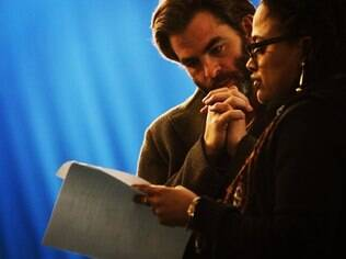 Ava DuVernay e Chris Pine durante as gravações do filme