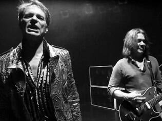 David Lee Roth ao lado do guitarrista Eddie Van Halen, em vídeo no site da banda