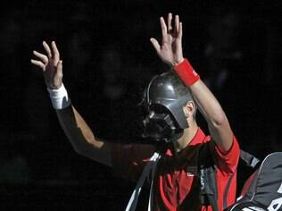 Djokovic entra em quadra com máscara do Darth Vader