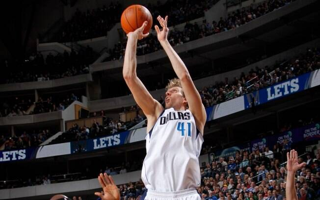 Dirk Nowitzki liderou a vitória do Mavs sobre o Los Angeles Clippers