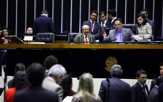 André Vargas preside sessão do Congresso após questionamento do PSDB