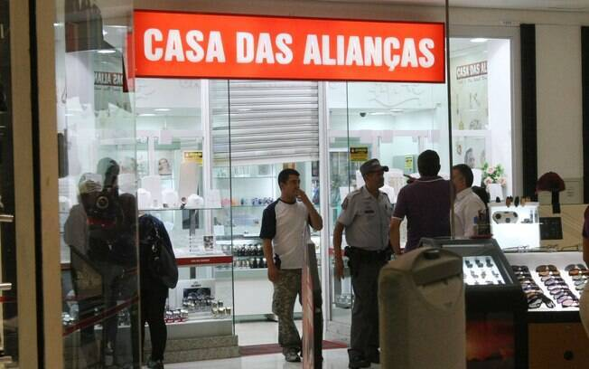 Bandidos assaltam joalheria no shopping West Plaza é assaltada e fogem