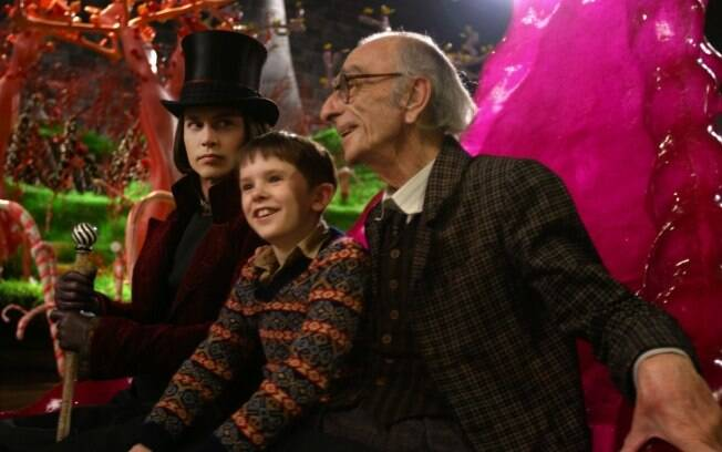 Johnny Depp, Freddie Highmore e David Kelly em 'A Fantástica Fábrica de Chocolate'