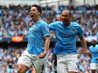 Nasri e Zabaleta comemoram o primeiro gol do City diante do West Ham