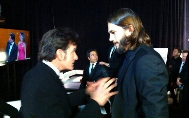 Ashton Kutcher e Charlie Sheen conversaram nos bastidores do Emmy Awards