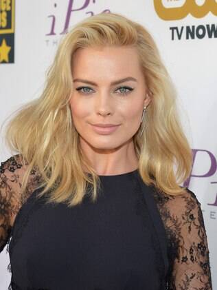Margot Robbie posa para fotógrafos no Critics Choice Awards (16/01)