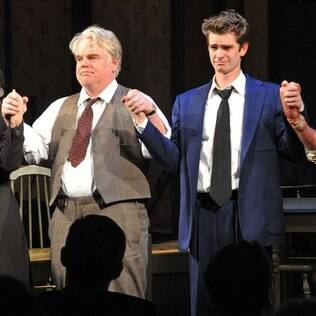 "Philip Seymour Hoffman e Andrew Garfield em ""A Morte do Caixeiro Viajante"", na Broadway"