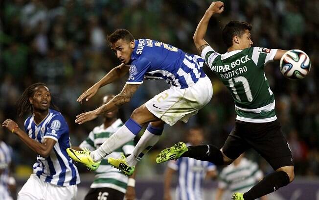 Danilo, do Porto, e Montero, do Sporting, disputam lance no ar
