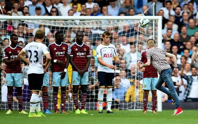 Torcedor invadiu estádio do West Ham para cobrar falta do Tottenham