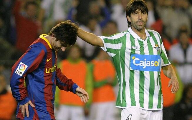 Messi é confortado por David Belenguer, do Betis, após perder pênalti