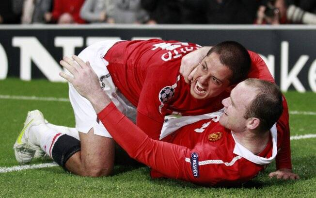 Chicharito, autor do primeiro gol do jogo, comemora com Rooney. Manchester classificado