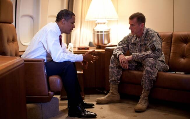 Barack Obama e o general Stanley McChrystal conversam a bordo do Air Force One durante passagem do presidente pela Europa (out/2009)