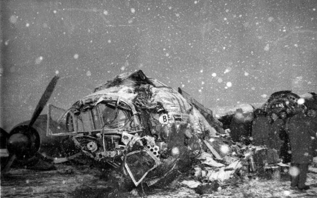 Neve cai sobre destroços do avião que levava o time do Manchester United em Munique, na Alemanaha (06/02/1958)