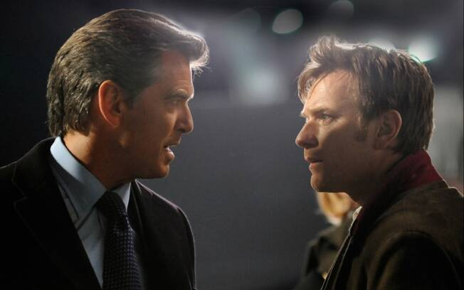 Pierce Brosnan e Ewan McGregor em cena do thriller O Escritor Fantasma