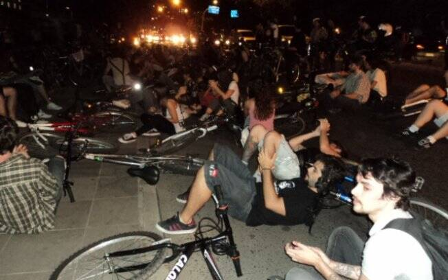 Ciclistas protestam no local do atropelamento em Porto Alegre