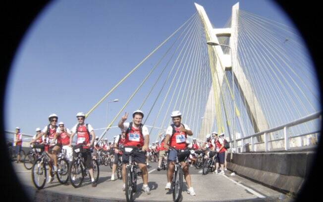 Largada da Bike Tour, na Ponte Estaiada, na zona sul da capital paulista