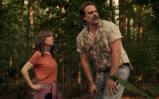 Hopper (David Harbour) e Joyce (Winona Ryder)