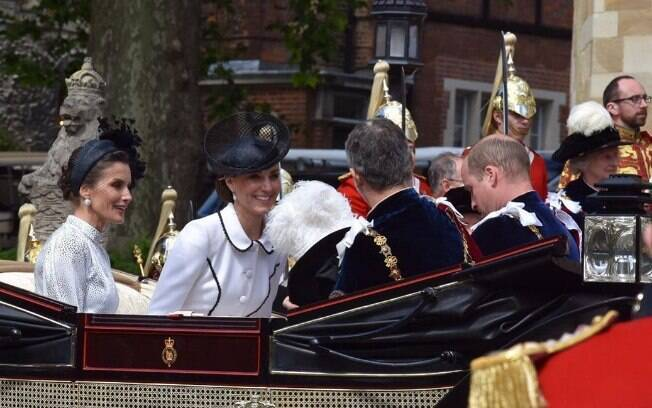 kate middleton em carriagem com principe william