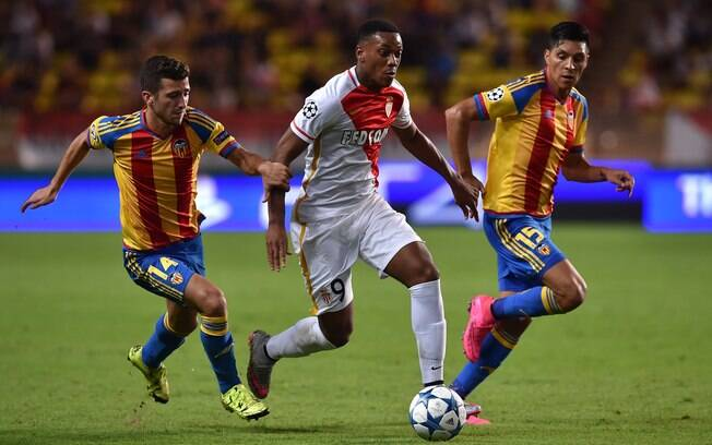 Anthony Martial, do Monaco, encara marcação de Jose Gaya e Enzo Perez, do Valencia