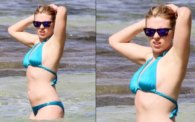 Scarlett Johansson se refresca no mar do Pacífico