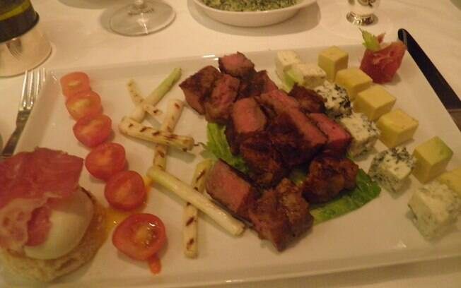New York steak e salada cobb no restaurante de grelhados Polo Grill