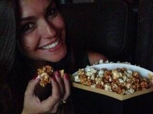 Actress poses with a bag of popcorn at the cinema and calls Michel Teló her husband