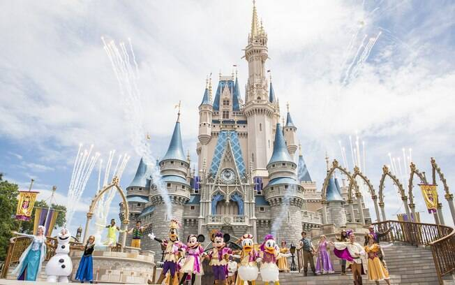Personagens da Disney em frente ao castelo do Magic Kingdom
