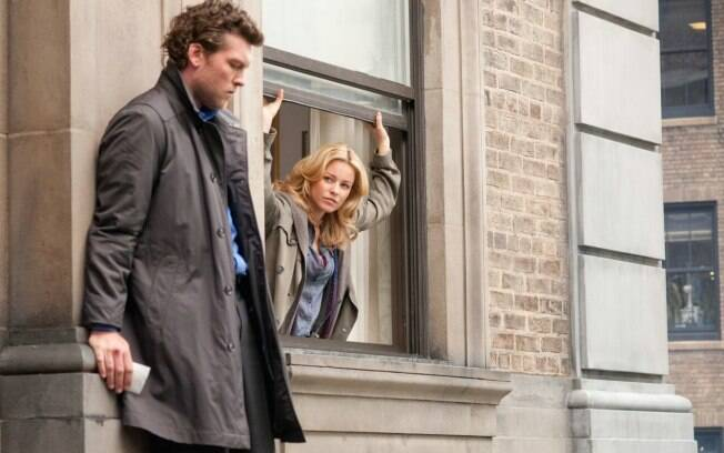 Sam Worthington e Elizabeth Banks em cena de