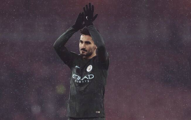 Gundogan retribui aplausos da torcida do Manchester City