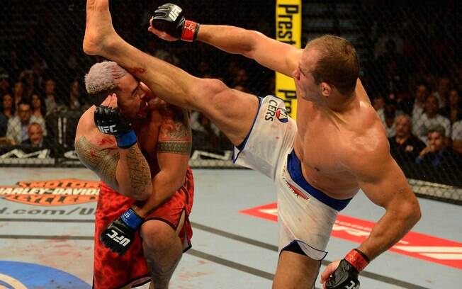 Cigano acerta chute que nocauteou Mark Hunt