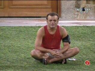 Daniel relaxa no gramado do reality