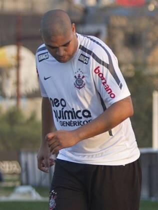 Adriano foi visto no CT do Corinthians nesta quinta