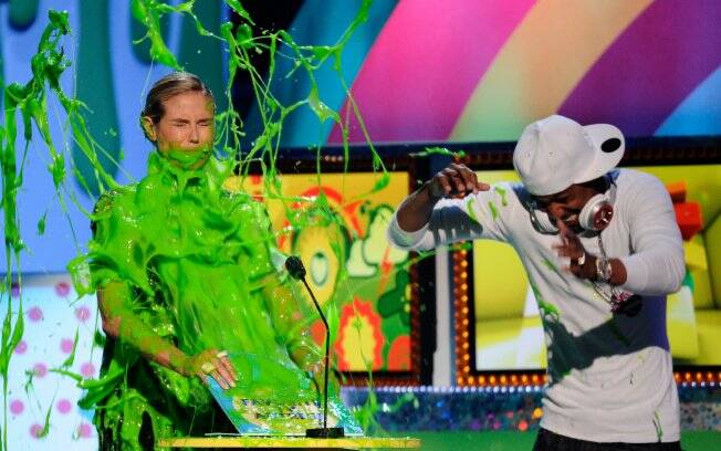 Heidi Klum leva banho de gosma verde no Kids Choice Awards