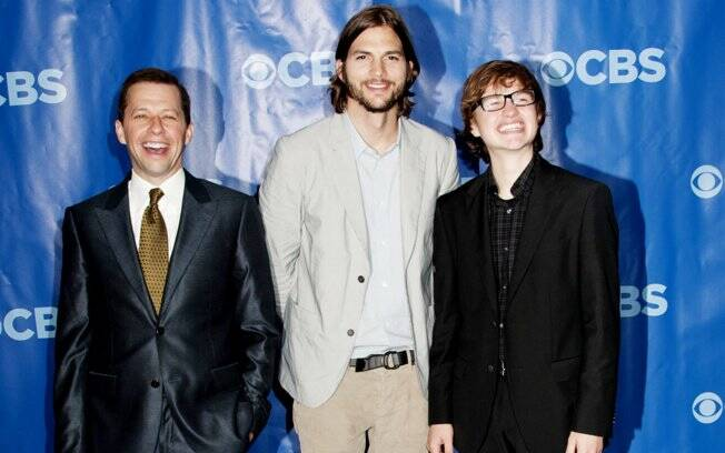Ashton Kutcher ao lado de Jon Cryer e Angus T. Jones