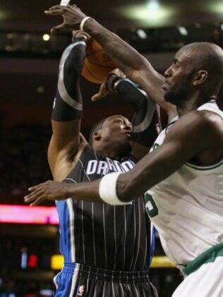 Dwight Howard e Kevin Garnett travam batalha intensa no garrafão